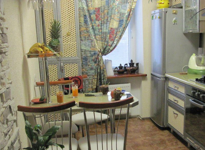 Откидной столик в компактной кухне