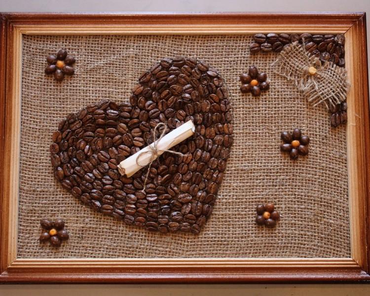 Сердечко из зерен кофе на картине в деревянной рамке