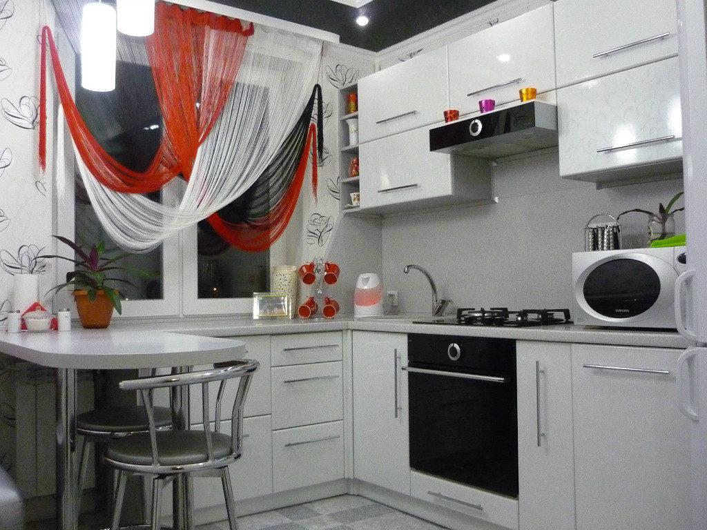 Нитяные шторы на окне маленькой кухни