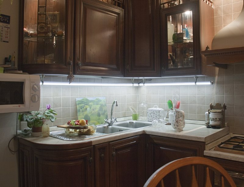 Белая подсветка мойки и рабочих поверхностей на кухне