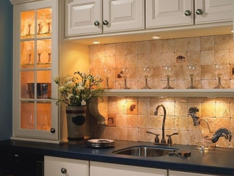 Подсветка кухонного шкафа со стеклянной дверцей