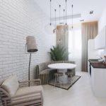 Полукруглый полосатый диван в интерьере кухни-гостиной