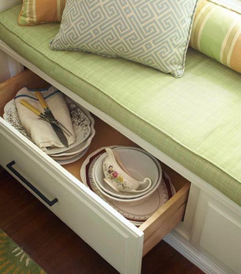 Хранение посуды в ящике кухонного дивана