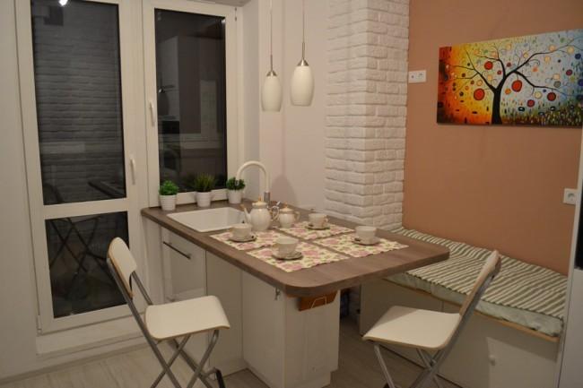 Обеденная зона на кухне с выступающими колоннами
