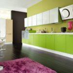 Просторная кухня с кухонными шкафчиками в белом цвете для верха и в цвете лайм - для низа