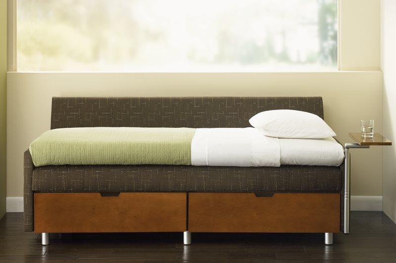 Аккуратный диван с двумя выдвижными ящиками