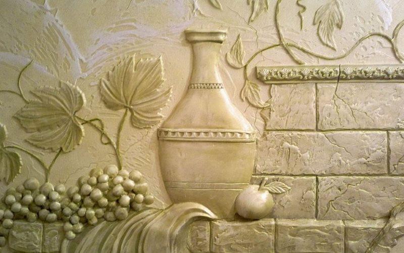 Панно из рельефной штукатурки на стене кухни