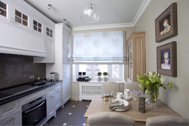 Вытянутая кухня с римской шторой на окне