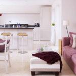 Розовый мягкий диван для кухни-гостиной