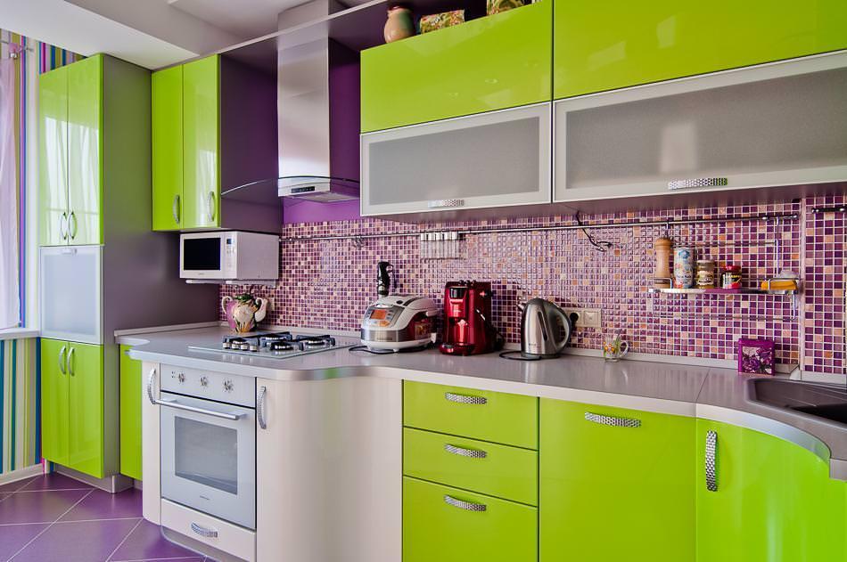 Глянцевые поверхности кухонного гарнитура салатового цвета