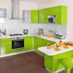 Серая мозаика в сочетании с кухней цвета лайм