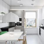Серый диван с подушками для просторной кухни