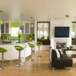 Шикарная белая кухня с элементами декора в лаймовом цвете