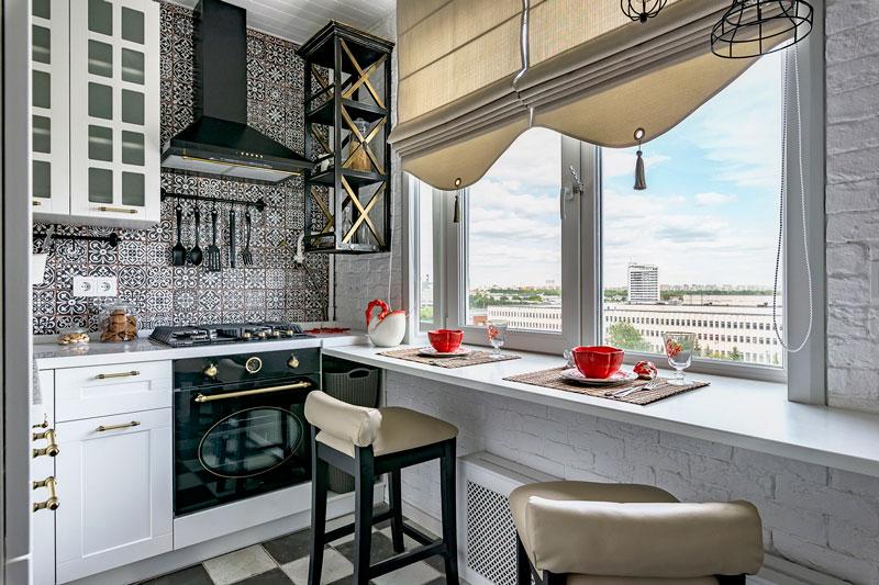 Барная стойка вместо подоконника в небольшой кухне классического стиля