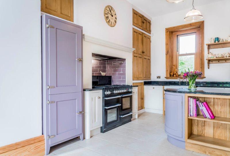 Кухня в стиле прованс с акцентами сиреневого цвета