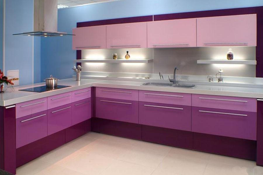 Угловая кухня в различных оттенках фиолетового цвета