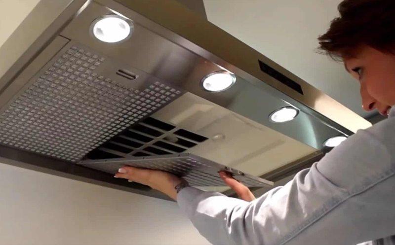Снятие фильтра в кухонной вытяжке