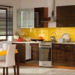 Сочетание мебели цвета венге и желтого цвета в интерьере