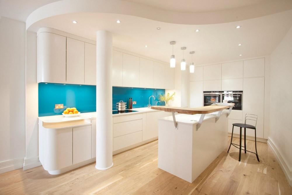 Светлая кухня в современном стиле с голубым фартуком