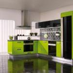 Современная кухня в черном и лаймовом цвете