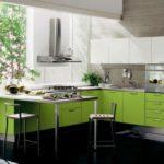 Современная кухня в стиле хай-тек с использованием цвета лайм для яркости