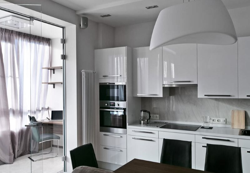 Интерьер белой кухни площадью в 9 кв метров с балконом