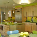 Столешница и декоративные элементы цвета лайм на большой деревянной кухне