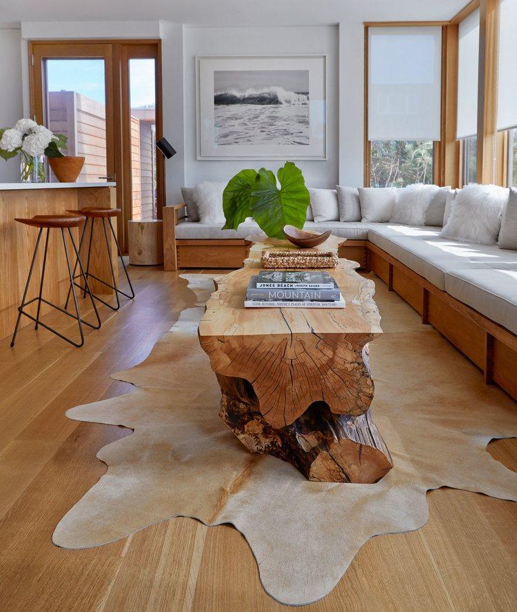 Журнальный столик из массива дерева в просторной кухне