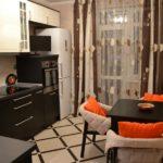 Светлая кухня с темной мебелью цвета венге