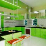 Светлая просторная кухня с яркими зелеными шкафчиками