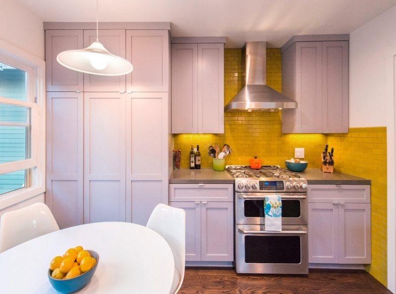 Дизайн компактной кухни с желтым фартуком