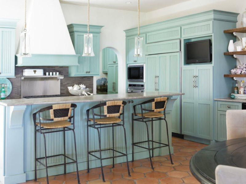 Интерьер кухни в стиле кантри с мятной мебелью