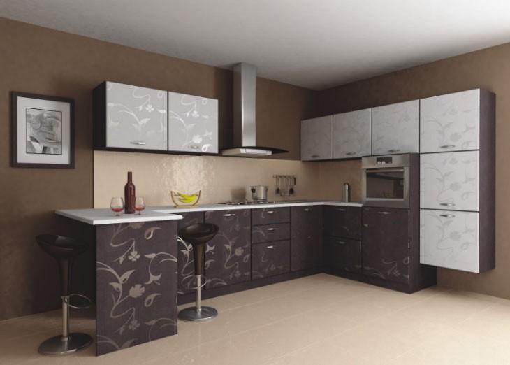 Белый потолок в кухне с кофейным напольным покрытием