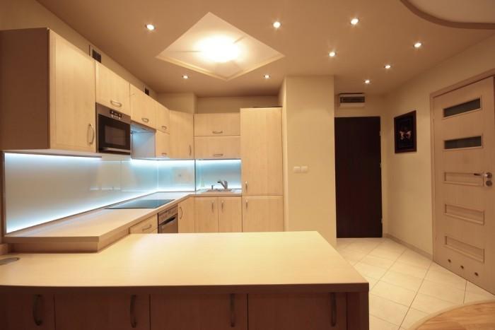 Точечные светильнике на потолке модной кухни