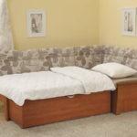 Такой кухонный диванчик можно разложить и получится дополнительное спальное место