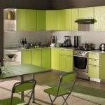 Темная кухня кажется светлее за счет использования оттенков зеленого в интерьере