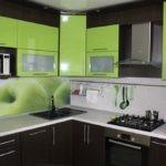 Темная кухня с сочными зелеными оттенками