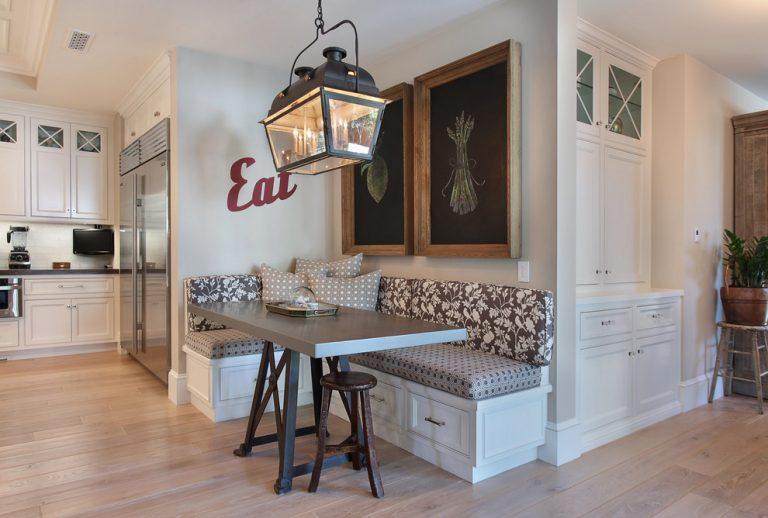 Винтажный светильник над мягким уголком в кухне частного дома