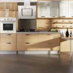 Удобная наклонная вытяжка для кухни с деревянной мебелью