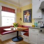 Удобный встроенный кухонный уголок