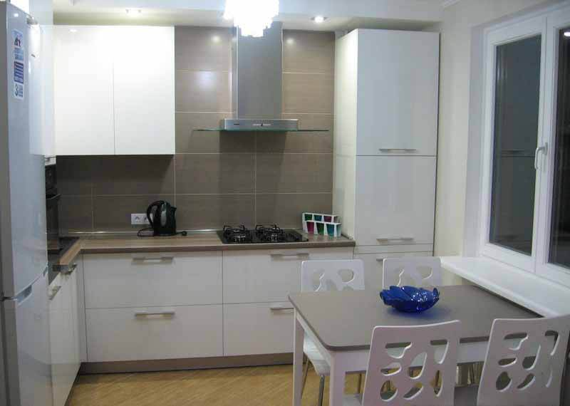Обеденная зона у окна в маленькой кухне