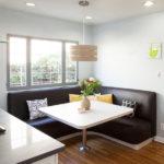 Угловой кожаный диван отлично впишется в интерьер кухни