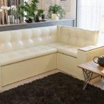 Уютный бежевый диван с подлокотниками