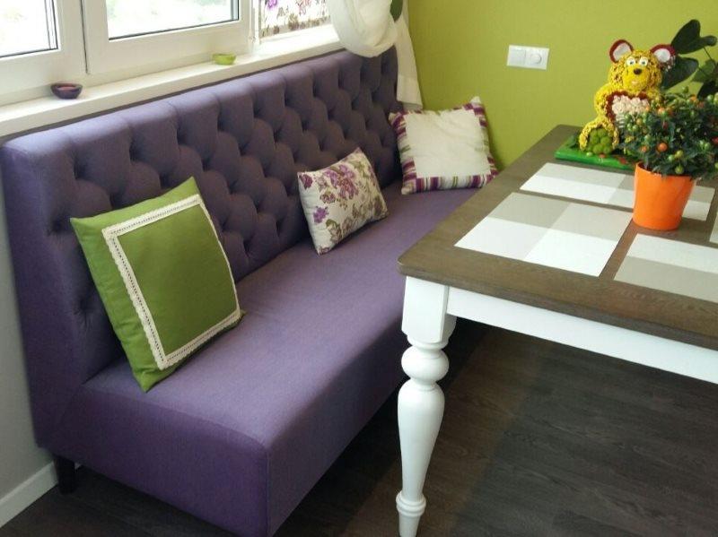 Узкий диван прямой конфигурации с фиолетовой обивкой