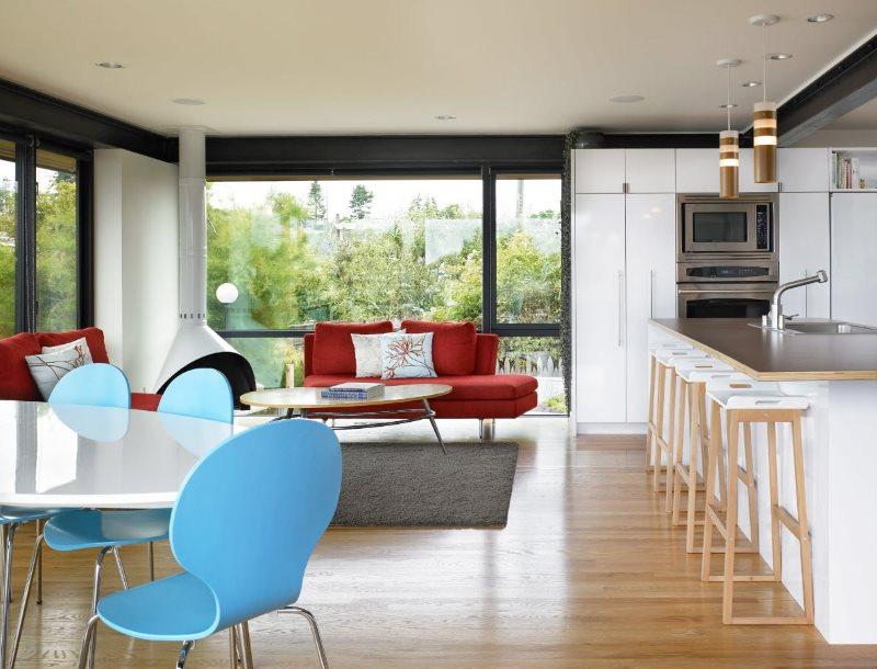 Пластиковые стулья в кухне-гостиной