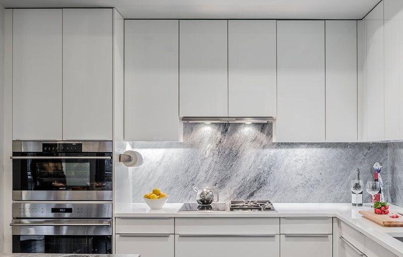 Стильная кухня с вытяжкой встроенного типа