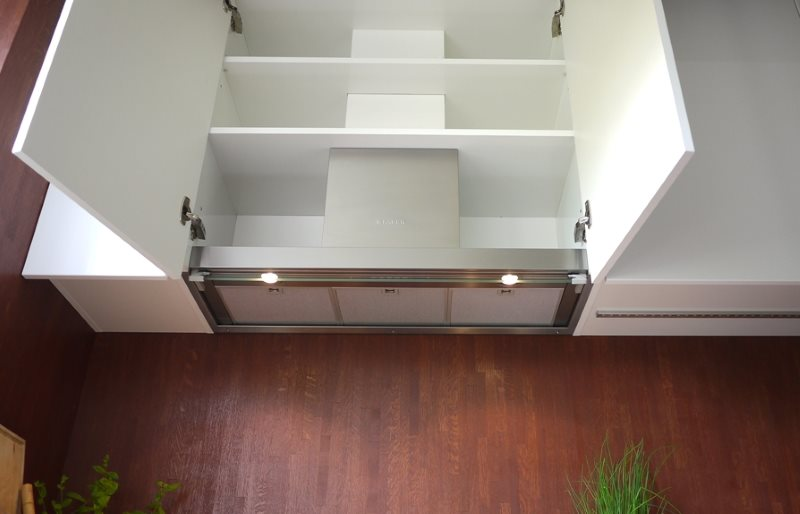 Кухонная вытяжка внутри подвесного шкафа белого цвета