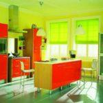 Яркая кухня с сочетанием красного, цвета лайм и светлого дерева