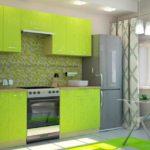 Яркая кухня с зелеными фасадами, мозаикой на стене и плиткой на полу
