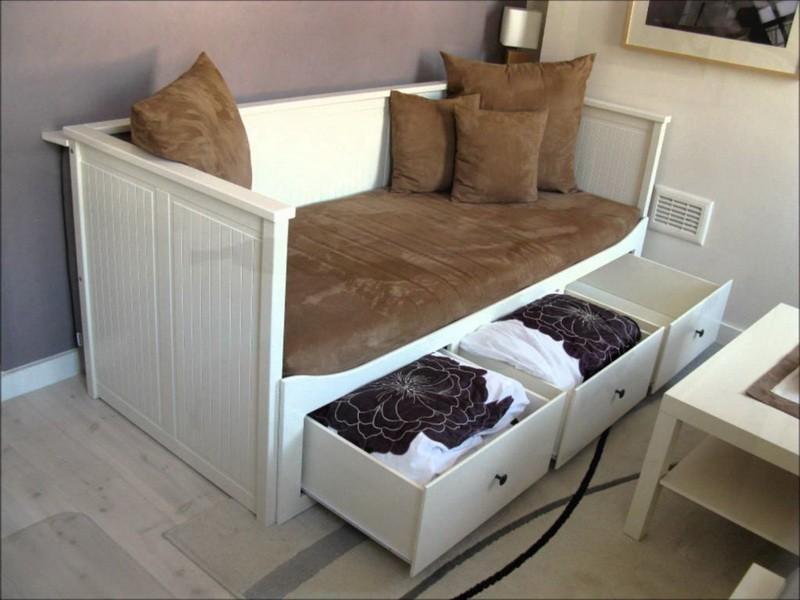 Деревянный диван с выдвижными ящиками в углу кухни